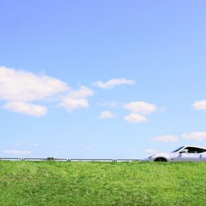 青空と自動車
