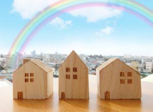 家の模型と虹