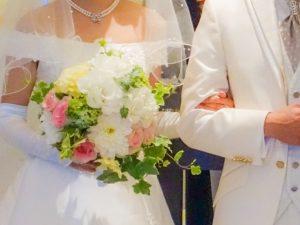 腕を組む花嫁と花婿