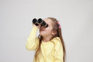 双眼鏡をのぞく女の子