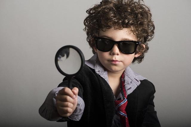 虫眼鏡の男の子