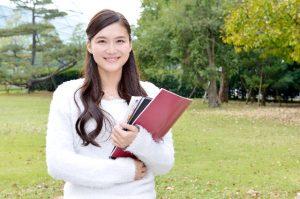 教科書を持つ大学生