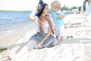 海辺の母子