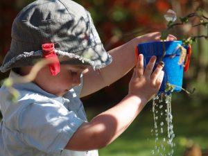 水をこぼす子供