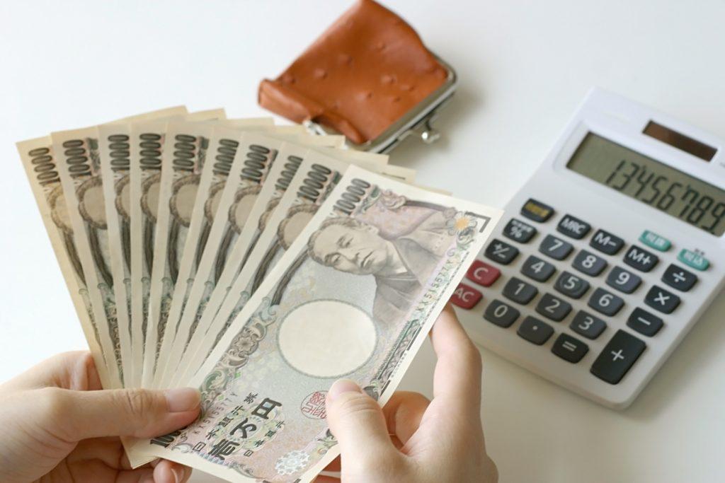 電卓と広げた一万円札